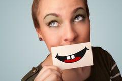 Hållande kort för lycklig nätt kvinna med rolig smiley Royaltyfria Bilder