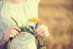 Hållande krans för ung kvinna av blommor Arkivbilder