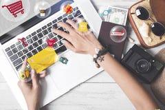 Hållande kreditkort för affärshand vagn som shoppar online-betalning Royaltyfria Bilder