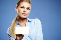 Hållande kreditkort för affärskvinna. Arkivfoto