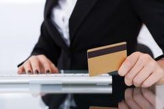 Hållande kreditkort för affärskvinna Arkivfoto