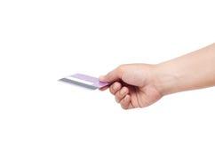 Hållande kreditkort för hand som isoleras på vit bakgrund Royaltyfria Bilder