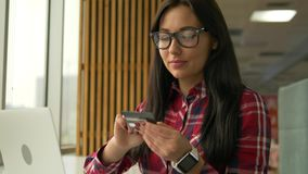 Hållande kreditkort för ung hipsterkvinna för blandat lopp och använda bärbar datordatoren arkivfilmer