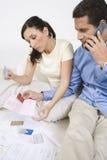 Hållande kreditkortar för par Arkivfoton