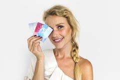 Hållande kreditkortbegrepp för blond flicka arkivbilder