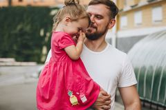 Hållande liten flicka för man Arkivfoto