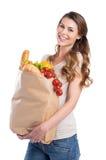 Hållande livsmedelsbutikpåse för ung kvinna Royaltyfria Bilder