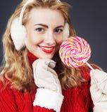 Hållande lollypop för kvinna Arkivfoto