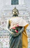 Hållande lotusblomma för Buddha Arkivfoto