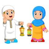 Hållande lykta för muslimska par vektor illustrationer