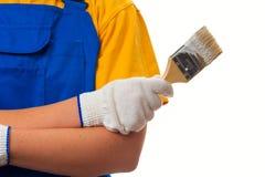 Hållande målarpensel för kvinnlig målare med vit färg arkivbilder