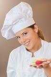 Hållande makron för bageriarbetare Arkivbild