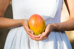 Hållande mango för asiatisk kvinna Arkivbild