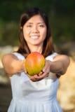 Hållande mango för asiatisk kvinna Royaltyfri Fotografi