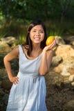 Hållande mango för asiatisk kvinna Arkivbilder