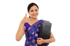Hållande mapp för lycklig traditionell kvinna mot vit Arkivfoton