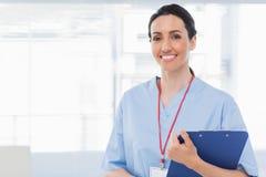 Hållande mappar för sjuksköterska Arkivbild