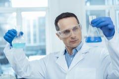 Hållande medicinska flaskor för yrkesmässig forskare Royaltyfri Foto
