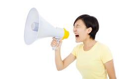 Hållande megafon för ung kvinna bakgrund isolerad white Arkivfoton