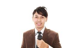 Hållande mikrofon för man royaltyfria foton
