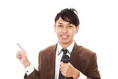 Hållande mikrofon för man royaltyfri foto