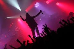 Hållande mikrofon för manlig sångare Arkivfoton
