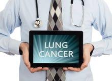 Hållande minnestavla för doktor - lungcancer royaltyfria bilder