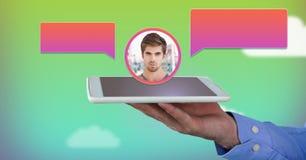 Hållande minnestavla för hand med profil för pratstundbubblamessaging arkivfoto