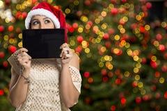 Hållande minnestavla för julkvinnastående Le den lyckliga flickan över Royaltyfria Bilder