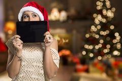 Hållande minnestavla för julkvinnastående Le den lyckliga flickan över Arkivbild
