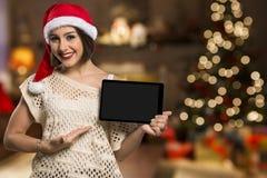 Hållande minnestavla för julkvinnastående Le den lyckliga flickan över Royaltyfri Foto