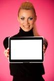 Hållande minnestavladator för kvinna med blanckskärmen för reklamfilm, Royaltyfria Bilder