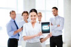 Hållande minnestavlaPC för affärskvinna med emailtecknet Royaltyfri Foto