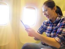 Hållande mobilt digitalt minnestavlablock för kvinnlig handelsresande royaltyfri fotografi