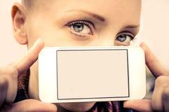 Hållande mobiltelefon för kvinna med den tomma skärmen arkivbilder
