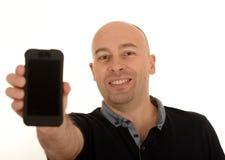 Hållande mobiltelefon för man Royaltyfria Foton