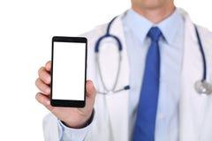 Hållande mobiltelefon för manlig medicindoktor royaltyfria bilder