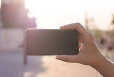 Hållande modern modern smartphone för kvinnahand Royaltyfri Bild