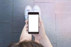 Hållande modern modern smartphone för kvinnahand Arkivbilder