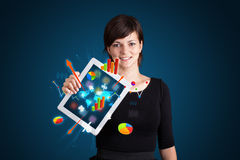 Hållande modern tablet för kvinna med färgrika diagram och grafer royaltyfria bilder