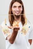 Hållande moneyboxpiggybank för man Royaltyfria Bilder
