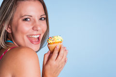 Hållande muffin för flicka Arkivbild