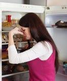 Hållande näsa för kvinna på grund av dålig lukt från mat royaltyfria foton