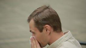 Hållande näsduk för ung man på näsa en man har en dålig förkylning lager videofilmer