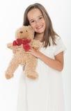 Hållande nallebjörn för liten flicka Arkivbilder