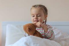 Hållande nallebjörn för liten flicka royaltyfri fotografi