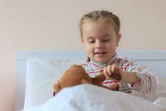 Hållande nallebjörn för liten flicka royaltyfri foto