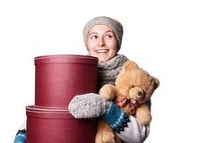 Hållande nallebjörn för ung härlig flicka och ask av vit bakgrund Fotografering för Bildbyråer