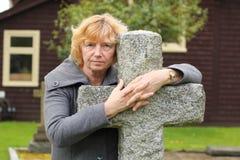 Hållande på att stena korset Royaltyfri Fotografi
