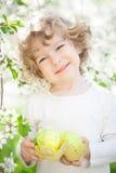 Hållande påskägg för barn Royaltyfria Foton
